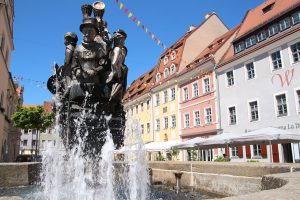 Die Brunnenskulptur des Künstlers Jan-Witte-Kropius am Pirnaer Untermarkt